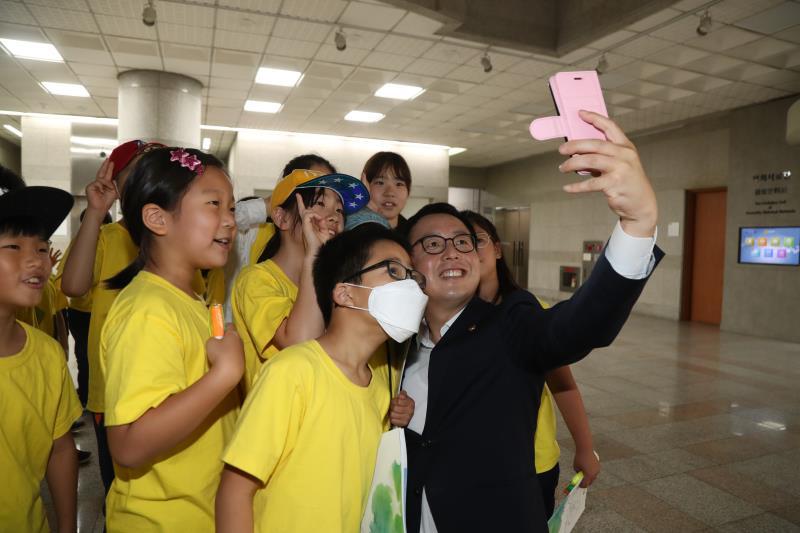 정기열의장 의회 견학 학생들과 셀카