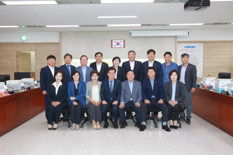 예산결산특별위원회 회기 종료 단체 사진 촬영