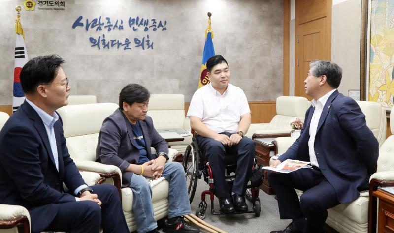 송한준 의장 최종현 의원 등 장애인 3명 미국횡단 격려