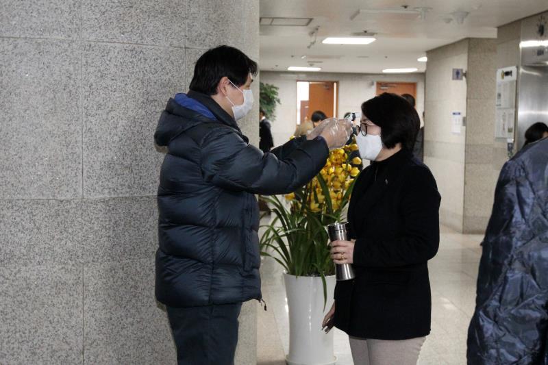 본회의 입장 전 신종 코로나 바이러스 발열 체크 및 소독