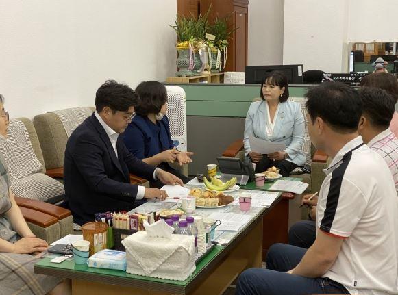 정윤경 위원장, 김우석 의원 경기도교육청 공무원노조 단체교섭 관련 현안 논의