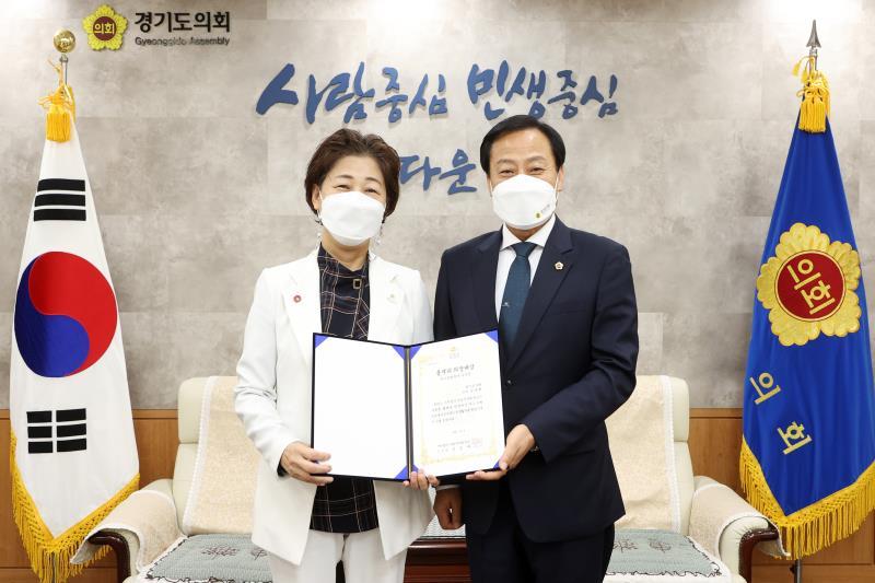 김경희 의원 풀뿌리 의정대상 수상